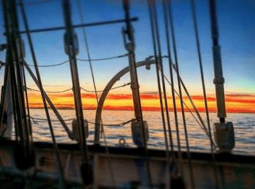 """Los colores de la bandera de España, desde la cubierta del buque-escuela """"Juan Sebastián de Elcano"""""""