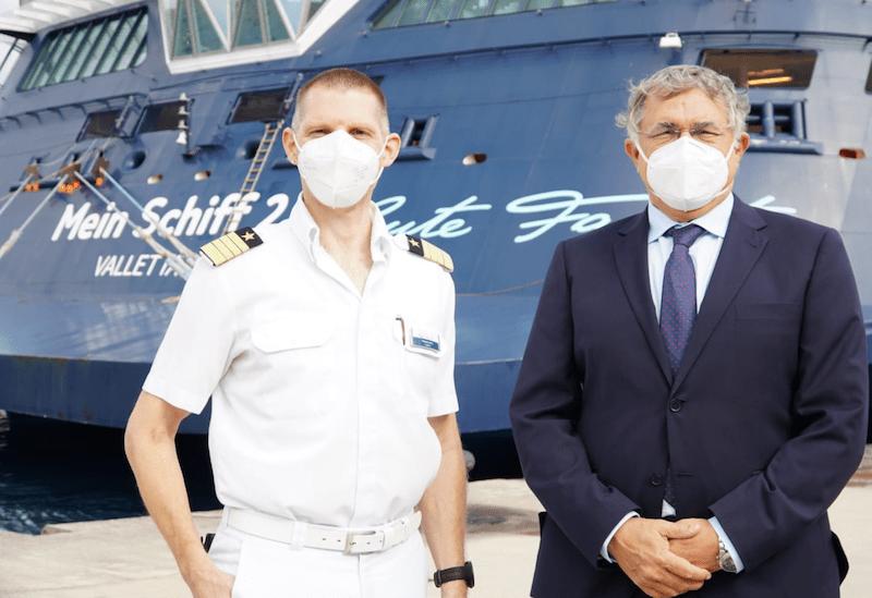 El capitán Thomas Roth y el presidente de la Autoridad Portuaria, Carlos González