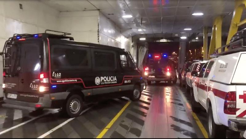 """Efectivos de la Policía Canaria y Cruz Roja embarcan en el """"Benchijigua Express"""""""