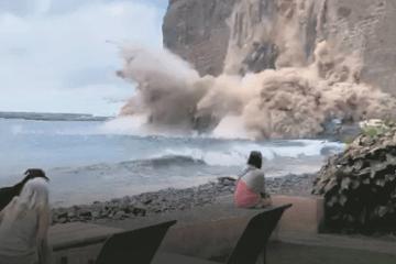 Momento del desplome visto desde la playa de Argaga