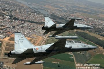 Dos aviones F5B del Ejército del Aire sobrevuelan Badajoz