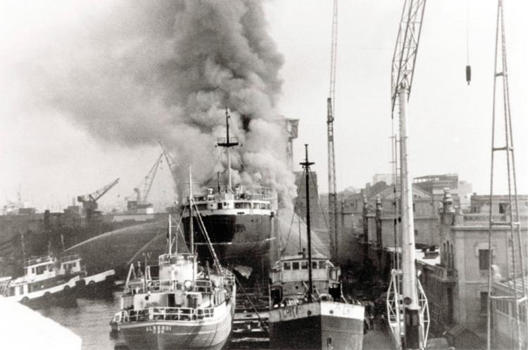 """El buque """"Isla de Cabrera"""", pasto de las llamas en Talleres Nuevo Vulcano"""