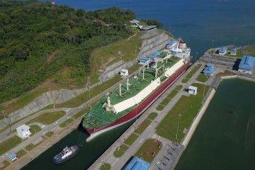 Buque metanero cruzando las esclusas el canal de Panamá