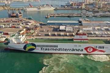 """Maniobra del buque """"Villa de Tazacorte"""" en el puerto de Cádiz"""