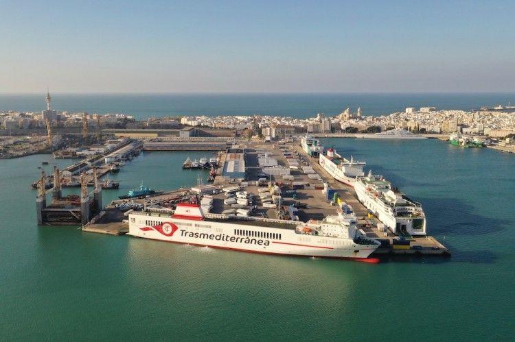 """""""Super-Fast Baleares"""", """"Volcán de Tinamar"""" y """"Villa de Tazacorte"""", en el puerto de Cádiz"""