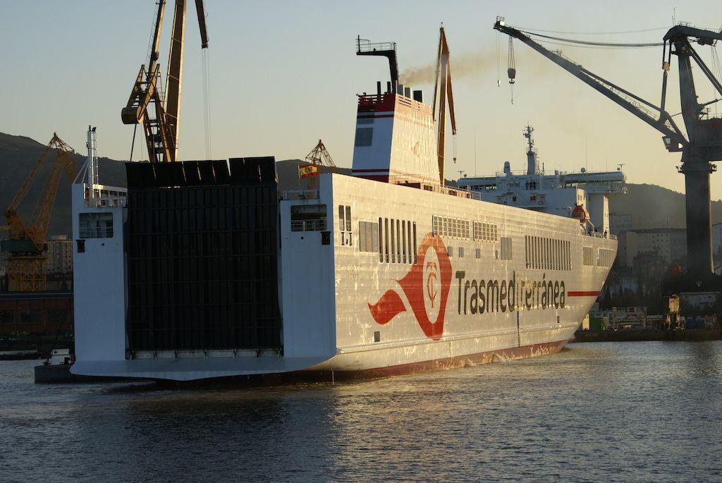 El buque inició la maniobra a la caída de la tarde