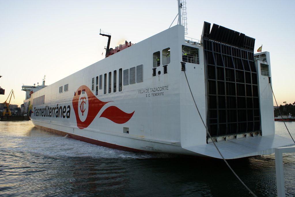 """Maniobra del buque """"Villa de Tazacorte"""", visto por la aleta de babor"""
