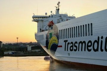 El logo de Plátano de Canarias, pintado en el costado de babor del buque