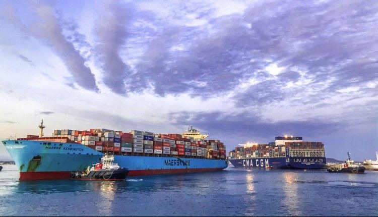 Dos buques portacontenedores maniobran en el puerto de Algeciras