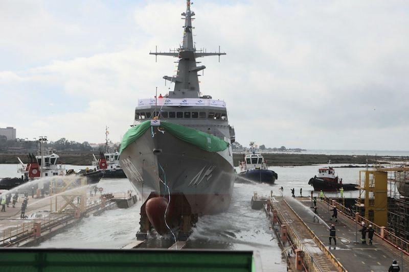 El buque comienza su deslizamiento sobre la grada