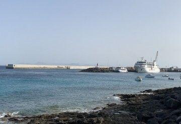"""El ferry """"Volcán de Tindaya"""", atracado en el puerto de Playa Blanca"""
