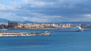 """El ferry """"Ciudad de Granada"""" zarpa del puerto de Palma de Mallorca"""