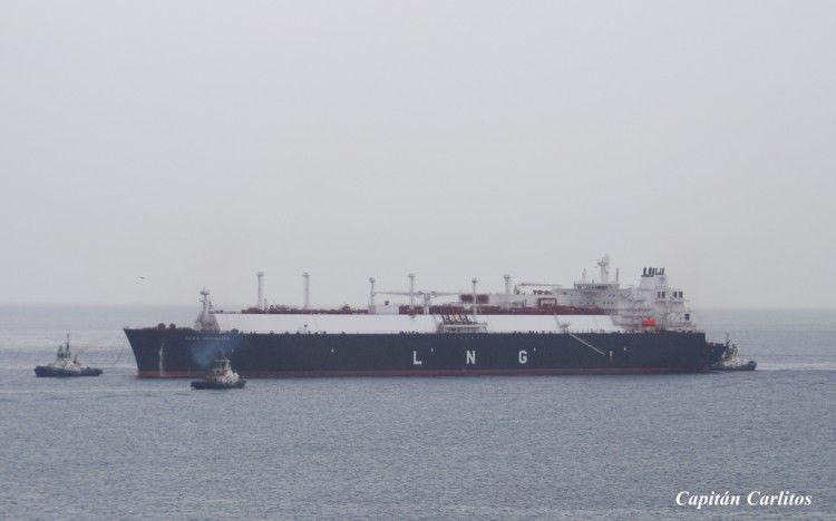 """Maniobra del buque metanero """"Flex Resolute"""" en el puerto de Escombreras"""