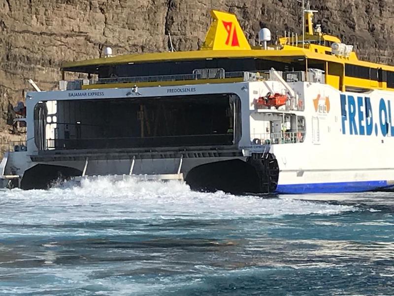 """El trimarán """"Bajamar Express"""" zarpa de Agaete para ir a reparar a Las Palmas"""
