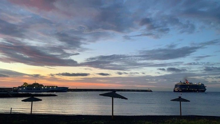 """El buque """"Mein Schiff 2"""" amanece en el puerto de San Sebastián de La Gomera"""