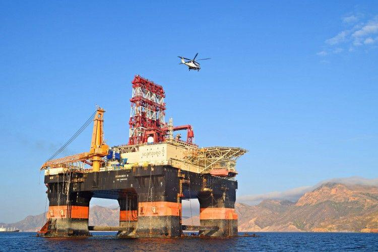 """El helicóptero sobrevuela la plataforma """"Scarabeo 9"""""""
