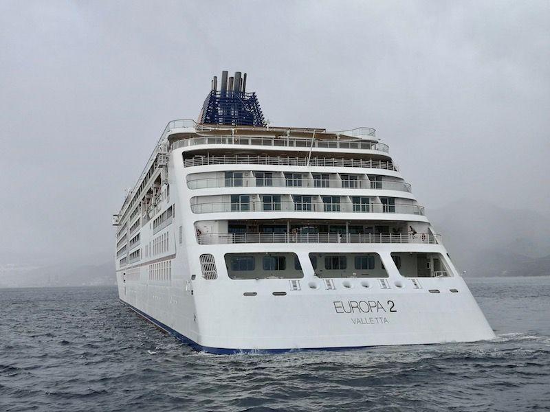 Está fondeado en el antepuerto, junto a otros cinco crucero de turismo