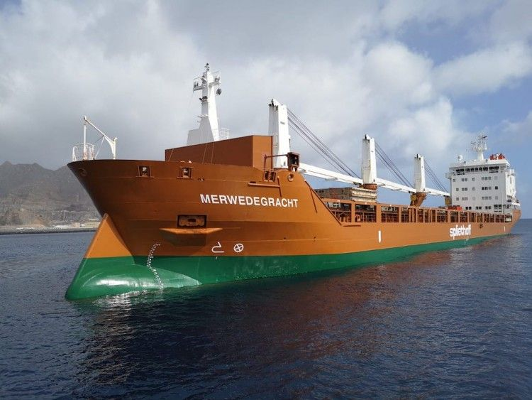 "Detalle de la proa del buque holandés ""Merwedegracht"""