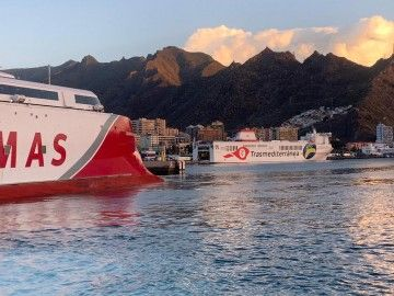 """El buque """"Villa de Tazacorte"""", atracado en el puerto de Santa Cruz de Tenerife"""
