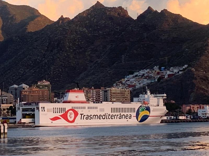 """El logo de """"Plátano de Canarias"""" destaca en el costado del buque"""