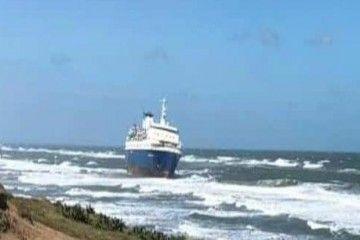 """El buque """"Echanted Capri"""", varado en una playa de Alvarado"""