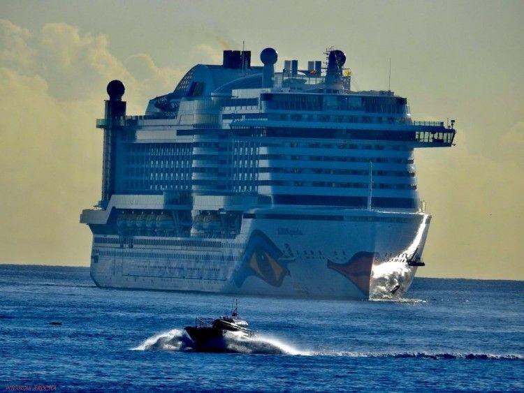 """El megacrucero """"AIDAperla"""", a su llegada a Las Palmas de Gran Canaria"""