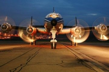 Vista de frente del avión Lockheed L-1049F patrocinado por Breitling