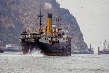"""El vapor """"Nogales"""", matrícula naval de Santander, zarpa del puerto de Pasajes"""