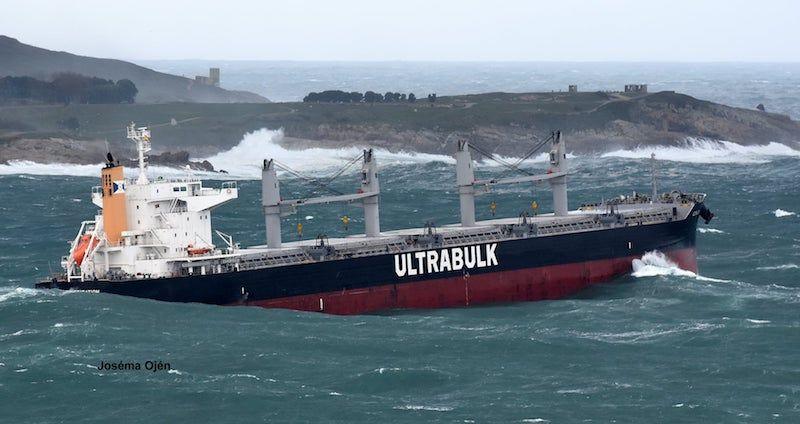 El buque, en su maniobra de salida del puerto de A Coruña