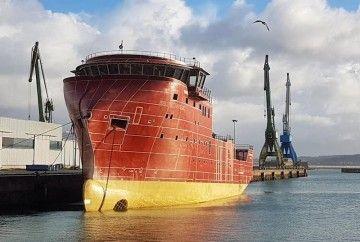 """El casco del buque """"Esvagt Havelok"""", atracado en el puerto de A Coruña"""