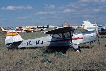 La avioneta EC-ACJ, en estado de abandono, en una imagen de 1977