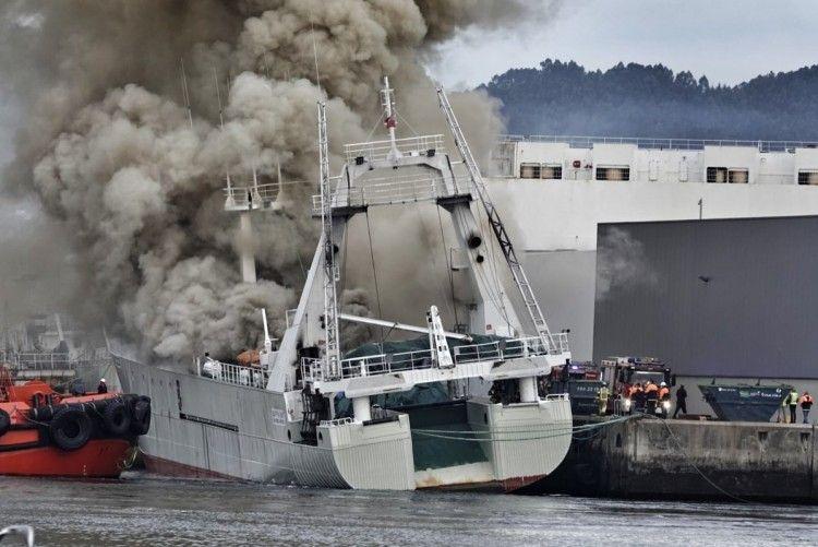 """El fuego se apodera del pesquero """"Baffin Bay"""""""