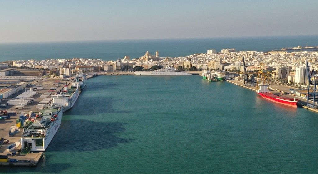 A la derecha, la terminal de CONCASA en el puerto de Cádiz