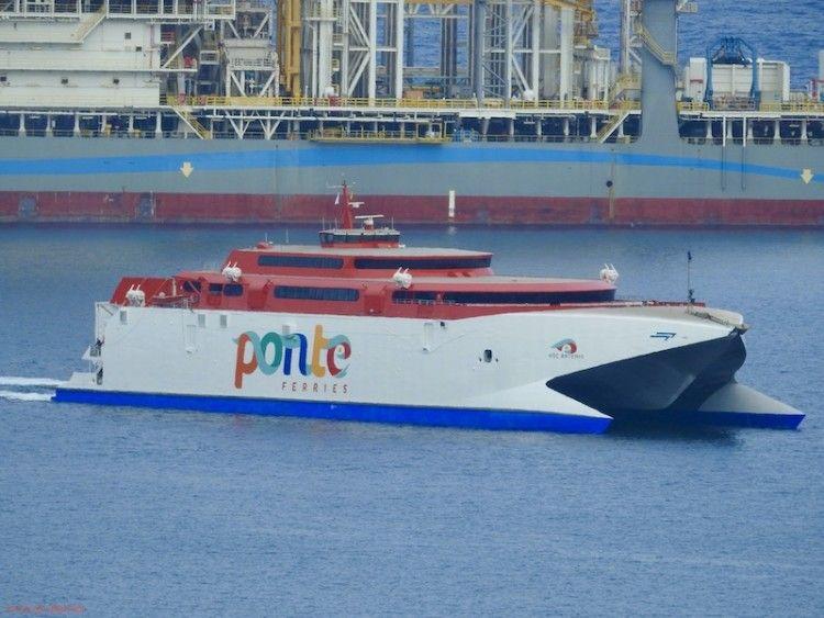 """El catamarán """"Ártemis"""", en el puerto de Las Palmas de Gran Canaria"""