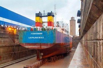 """El buque """"V Centenario"""", varado en el dique seco de Astilleros del Guadalquivir"""