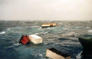 Contenedores a la deriva en la zona donde pasó la tormenta