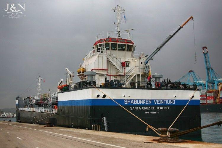 """La barcaza """"Spabunker Veintiuno"""", atracada en Algeciras"""