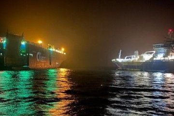 """Maniobra de aproximación del buque """"Coralius"""" al car carrier """"Auto Energy"""""""