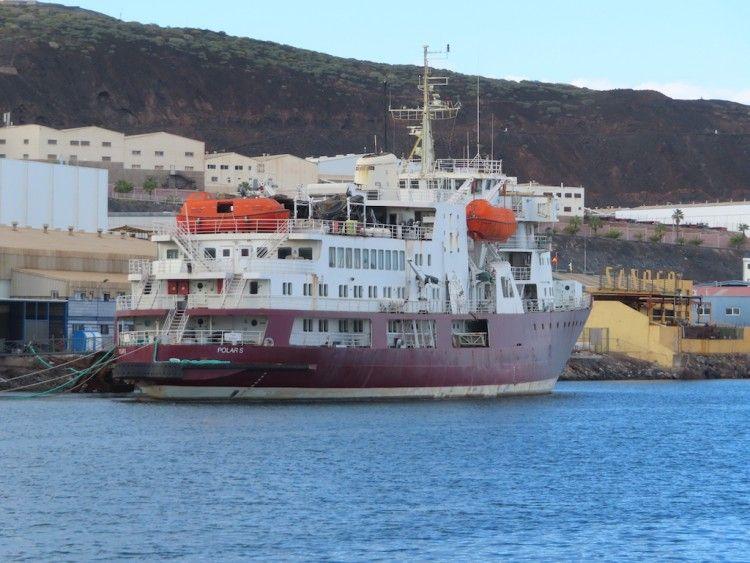 """El buque """"Polar S"""", amarrado en la zona de ASTICAN"""
