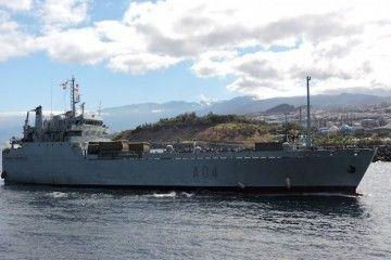 """El buque """"Martín Posadillo"""", en su última escala en el puerto de Santa Cruz de Tenerife"""
