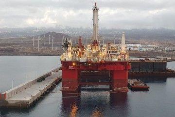 """La plataforma """"Q7000"""", durante su estancia en el puerto de Granadilla"""