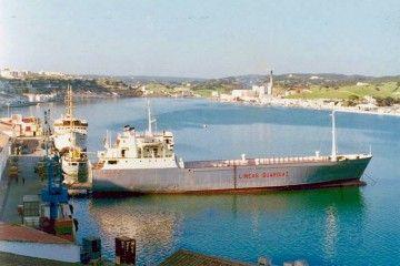 """El buque """"Rivanervión"""", atracado en el puerto de Mahón"""