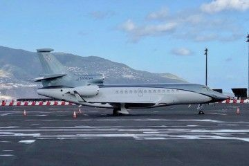 El avión Falcon 7X, estacionado en el aeropuerto de La Palma