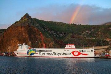 """El arco iris saluda la llegada del """"Villa de Tazacorte"""" a La Palma"""