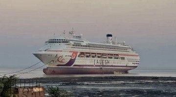 """El buque """"Karnika"""", varado en las playas de Alang"""
