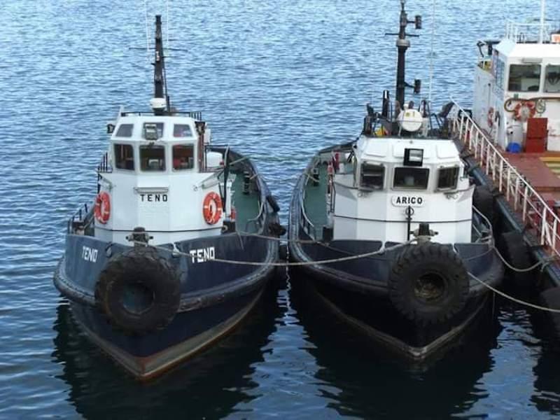 """Los remolcadores """"Teno"""" y """"Arico"""", abarloados a la barcaza """"Acentejo"""""""