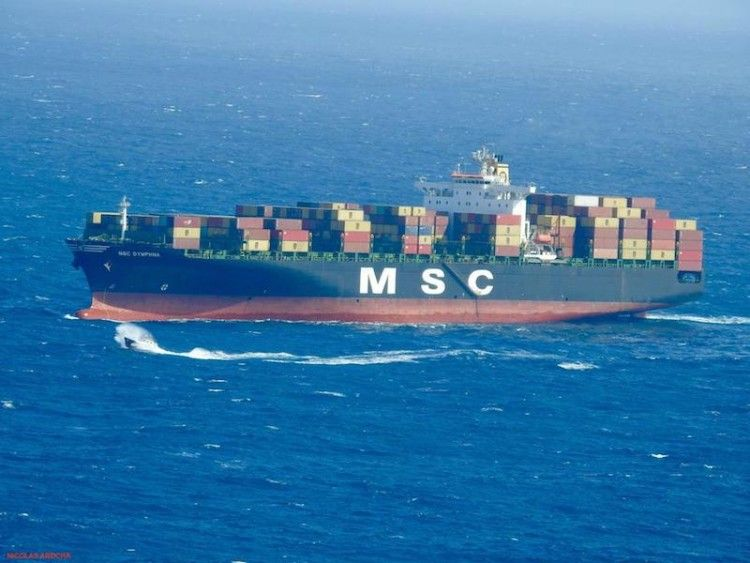 Uno de los cuatro buques de MSC que están fondeados a la espera de turno