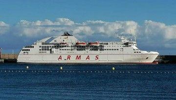 """El ferry """"Volcán de Taburiente"""", atracado en el puerto de San Sebastián de La Gomera"""