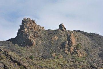 El Roque de Teneguía y sus acólitos, vistos desde la carretera de la Costa