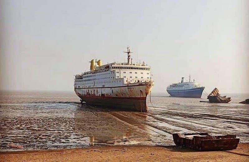 """En primer término el buque """"Ropolis"""" y a la derecha el buque """"Marco Polo"""""""